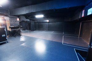 ステージ横に充分な転換用スペース